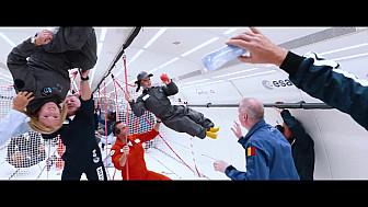 Le bonheur de huit enfants handicapés en apesanteur à bord de l'avion d'Air Zero G