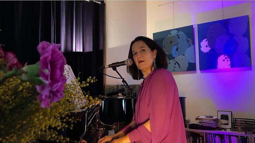 Caroline Harvey chante 'Glory Alleluia'
