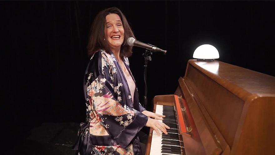 Caroline Harvey chante 'Joyeux anniversaire'